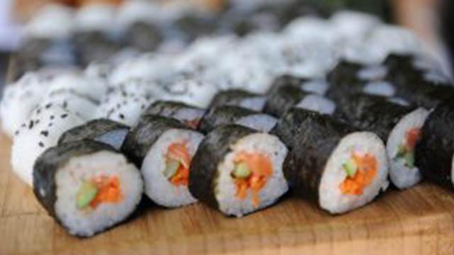 Sushi roll con salmone e avocado