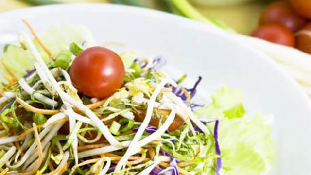 insalata estiva con germogli di soia, lattughino, carote e semi di chia