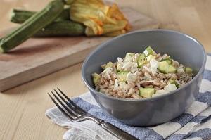 Insalata di riso e miglio con zucchine e avocado