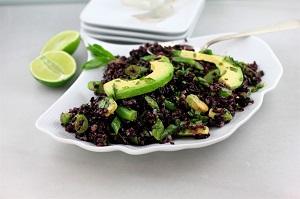 Riso venere, asparagi, avocado e lime, una fresca ricetta estiva