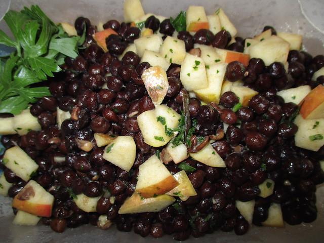 ricetta insalata di ceci neri semi di chia carote e nocciole