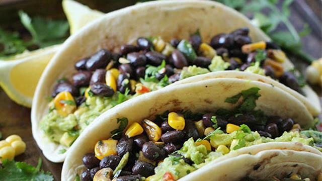 Tortillas ai semi di chia, farina di mais, fagioli neri e salsa guacamole
